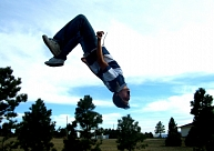Latgalē vīrietis paslīd uz slidenas ietves un gūst nopietnas traumas