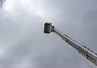 Rīgā no ugunsgrēka izglābti septiņi cilvēki, tostarp divi no ēkas jumta