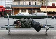 Latgalē vīrietis gūst apsaldējumus, alkohola reibumā guļot uz ielas