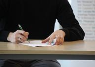 Vāc parakstus, lai pilnībā aizliegtu ātro kredītu reklāmas sabiedriskajos medijos