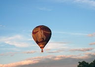 Laulājoties lidojuma laikā gaisa balonā, 50 pāri centīsies sasniegt Ginesa rekordu