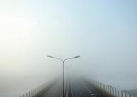 Naktī un no rīta daudzviet apledos ceļi un sabiezēs migla