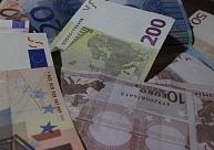 Algu pēc nodokļiem līdz 450 eiro pērn Latvijā saņem 44,1% strādājošo
