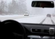 Sniegs un apledojums daudzviet apgrūtina braukšanas apstākļus