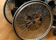 Ventspilī uzstāda šūpoles bērniem ratiņkrēslā