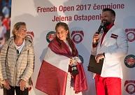 Foto: Jeļenas Ostapenko sagaidīšana Rīgas lidostā un tenisistes sensacionālajai uzvarai veltīta preses konference