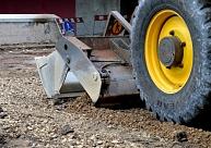 Liepājā ar traktoru nobraukts strādnieks