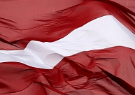 Vērtēs likuma grozījumus, kas paredzēs vairāku Latvijas karogu novietošanu robežkontroles punktos