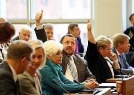 Rīgas dome trešo reizi maina nolikumu un turpmāk jautājumus katrs deputāts varēs uzdot 10 minūtes