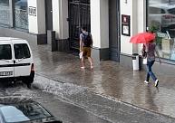 Ceturtdien daudzviet īslaicīgi līs, vietām būs pērkona lietusgāzes