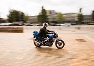 Motociklists uz gājēju pārejas Aizputē notriecis sievieti