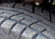papildināta - Uz Liepājas šosejas sadursmē ar degvielas vedēju iet bojā vieglās automašīnas vadītājs