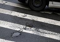 Autovadītājs pamet notikuma vietu pēc velosipēdista notriekšanas uz gājēju pārejas