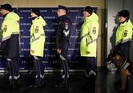 Jaunā dizaina formas pirmie policisti varētu saņemt nākamā gada otrajā pusē; par ugunsdzēsēju un robežsargu apgādi ar formām vēl lems