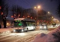 Snigšanas dēļ sabiedriskais transports Rīgā var kavēties līdz 15 minūtēm