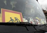 Iesaka noteikt attālumu, ko skolēni līdz skolas autobusam vai pieturai var veikt kājām