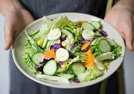 6 ēšanas paradumi, kas var palīdzēt samazināt svaru