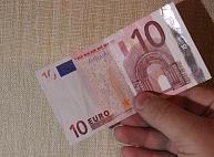 Jelgavā par viltotu desmit eiro banknošu izgatavošanu un izpaltīšanu aizturēta trīs personu grupa