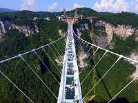 Ķīnas Džandzjadzje kalnos atklāts pasaulē augstākais un garākais tilts ar stikla apakšu.