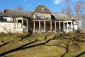 Burtnieku muižā atrodas viens no koptākajiem lauku muižu parkiem Latvijā