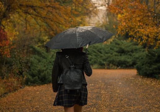 Mānīgais rudens: Kā rīkoties, ja gadās samirkt vai nosalt?