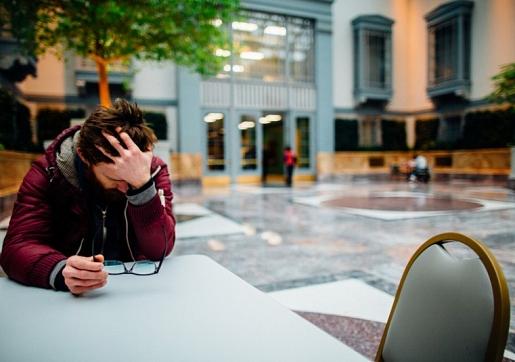 Ko darīt, ja tuvinieks runā par pašnāvību, un kā viņam palīdzēt? Skaidro eksperti