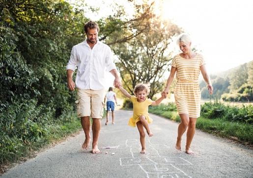 Kāpēc vasarā vairāk jāstaigā basām kājām gan lieliem, gan maziem?