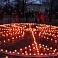 Valmierā no svecītēm veido uguns spēka zīmes un Latvijas kontūru