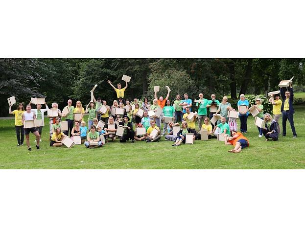 """Mūzikas un mākslas festivāla """"BILDES 2019"""" vasaras nometnes dalībnieki pirms pastkastīšu apgleznošanas. Foto: Ojārs Jansons (no """"BILŽU BIROJA"""" arhīva)"""
