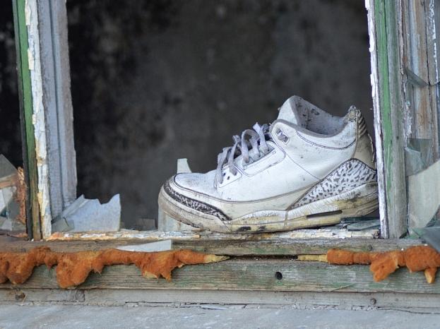 Izsists logs un sporta apavi.