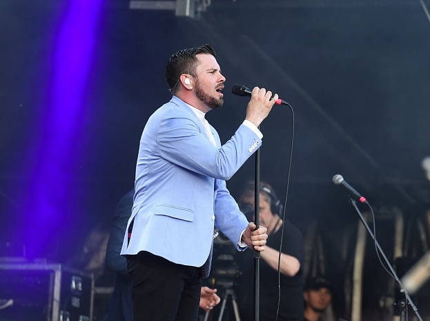Dziedātājs Intars Busulis uzstājas Lucavsalā, atklājot Rīgas brīvdabas koncertu sezonu.