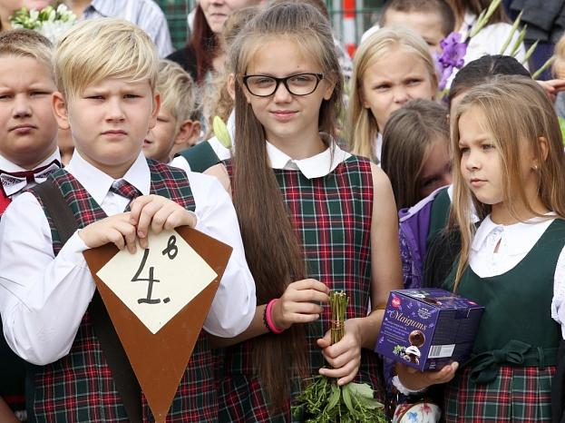 Skolēni piedalās Zinību dienas svinību un atjaunotā sporta un fizisko aktivitāšu laukuma atklāšanā Rīgas 25.vidusskolā.