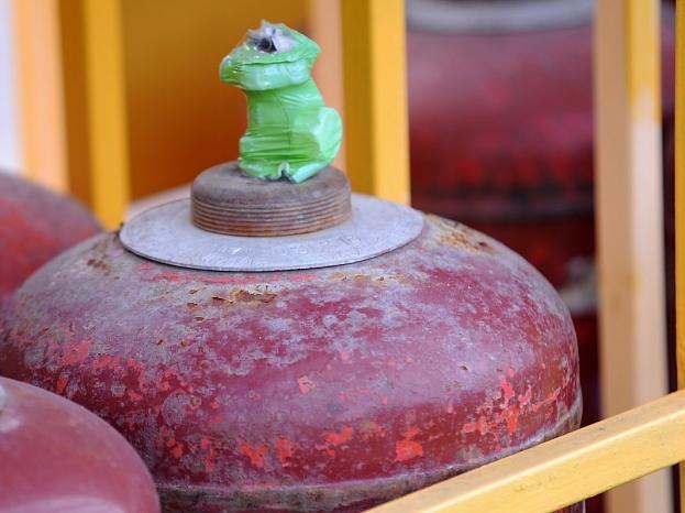 """Gāzes baloni """"Latvijas Propāna gāzes"""" degvielas uzpildes stacijā."""