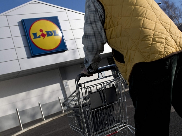 A person arrives to go shopping at a branch of Lidl supermarket in south London, on January 10, 2018.Traditional supermarket chains, such as Tesco, Sainsbury's and Morrisons, benefited by between 2% and 3% sales growth in value, but to a much lesser degree than German discount companies Aldi and Lidl (up 16.8 % each) who are taking a larger and larger share of the cake.