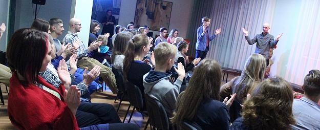 Valmieras jaunieši uzstājas improvizācijas vakarā
