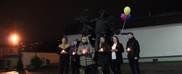 """Pie skulptūras """"Valmieras puikas"""" iededz svecītes"""