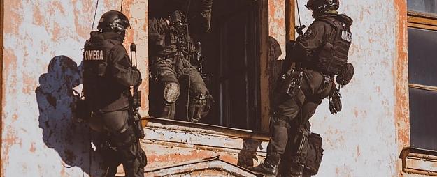 Policija Rīgā atrisinājusi ķīlnieku krīzi, kurā ķīlnieku lomā nonākuši trīs bērni