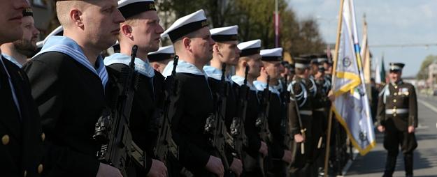 Nacionālo bruņoto spēku dienas parādi Krāslavā vēro vairāki tūkstoši skatītāju