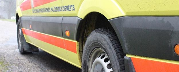 Rīgas reģionā mediķi palīdzējuši vīrietim, kuru sadzēlis sirsenis