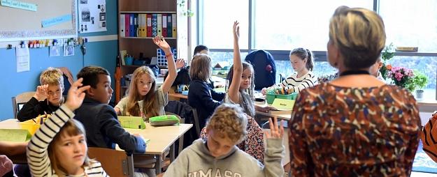 Katrs sestais skolotājs Latvijā septembrī nopelnījis vismaz 1000 eiro pirms nodokļu nomaksas