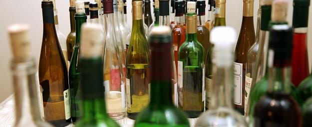 Vīrietis iedzeršanas laikā sajauc pudeles un saindējas ar kodīgu vielu
