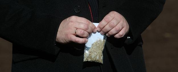 """Policija vasarnīcas teritorijā Jūrmalā uziet puķu dobē paslēptus 40,5 kilogramus """"spaisa"""""""