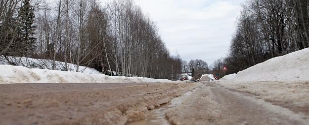 Amatas novadā organizē akciju, lai vērstu uzmanību uz ceļu slikto stāvokli