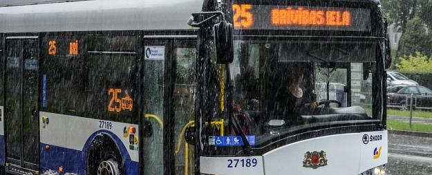 Rīgā lietavu dēļ sabiedriskais transports kavējas līdz pat 50 minūtēm