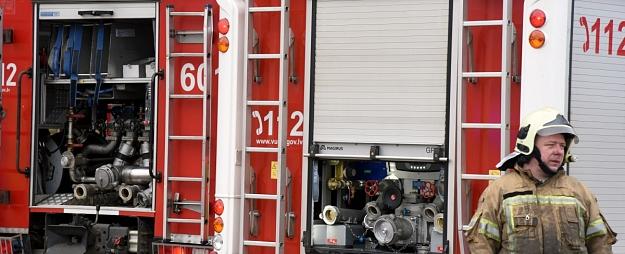 Valmierā no astoņu metrus augsta torņa ugunsdzēsēji noceļ bērnu ar traumētu kāju