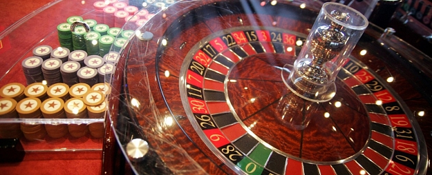 Azartspēļu rīkotāji plāno apstrīdēt Rīgas domes lēmumu par 42 spēļu zāļu slēgšanu