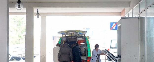 Austrumu slimnīcā nogādā Čiekurkalnā zem vilciena pakļuvušu vīrieti