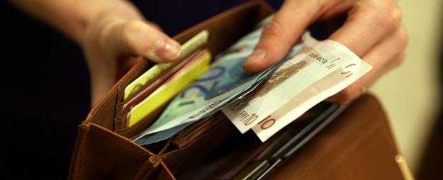 Pētījums: Pērn vidējā mēneša darba alga Latvijā pieaugusi par 6,2% līdz gandrīz 900 eiro