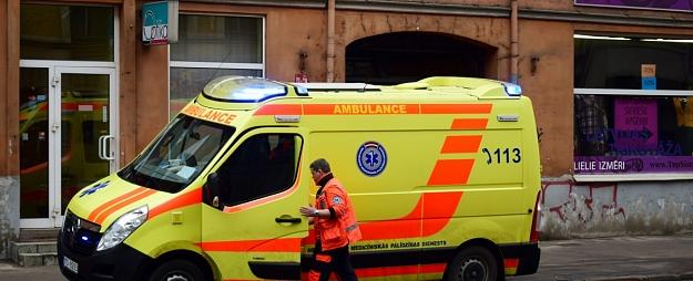 Mediķi slimnīcā nogādā batutā uz galvas piezemējušos bērnu