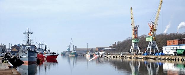 Latvijas ostās pirmajā pusgadā pārkrauts par 4,6% mazāk kravu